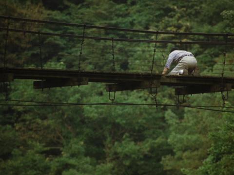 Yureru Sway Minoru (Teruyuki KAgawa) on the Bridge